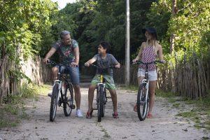 três pessoas praticando ciclismo