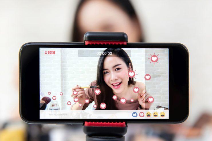 mulher gravando vídeos com o celular