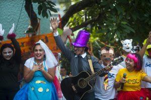 foliões pulando carnaval