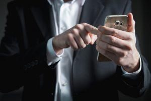 pessoa mexendo no smartphone