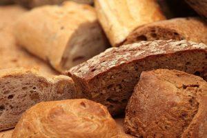 vários tipos de pães