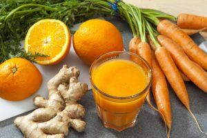 mesa com gengibre, cenoura e suco de laranja