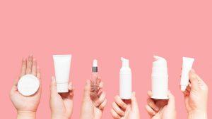 seis mãos segurando produtos cosméticos