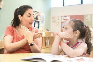 uma mulher e uma criança conversando em libras