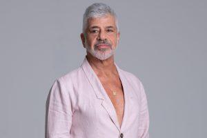 Cantor Lulu Santos. Ele traja um terno rosa claro