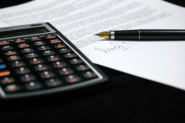 Documento, canela e calculadora representando manifesto