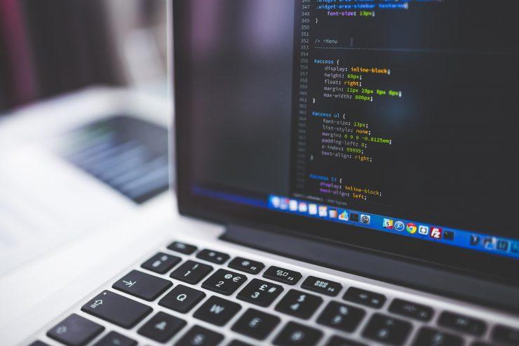 Notebook com tela com números de programação; Tecnologia da Informação é uma das áreas com cursos online abertos