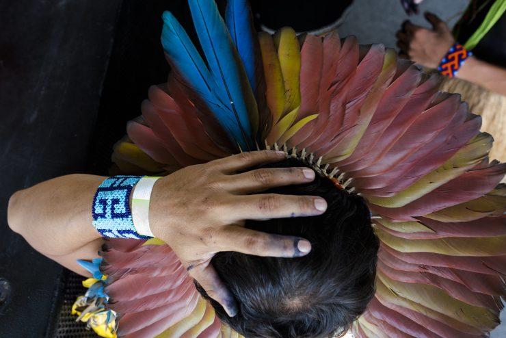 Indígena visto de cima, com cocá de penas; povos indígenas recebem doações do Mesa Brasil