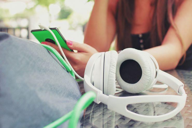 Mulher com smartphone na mão; confira dicas para aprender idiomas