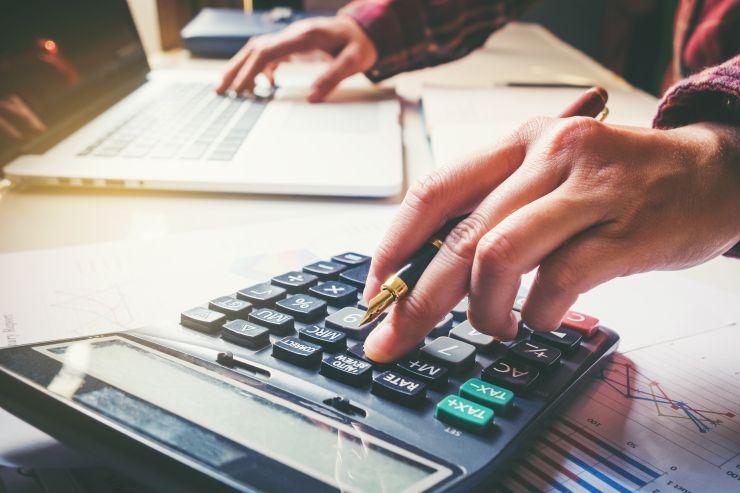 Mão mexendo em calculadora; recuperação judicial é tema de live