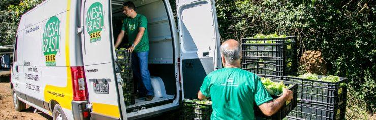Furgão descarregando alimento para doação de rede de combate à fome