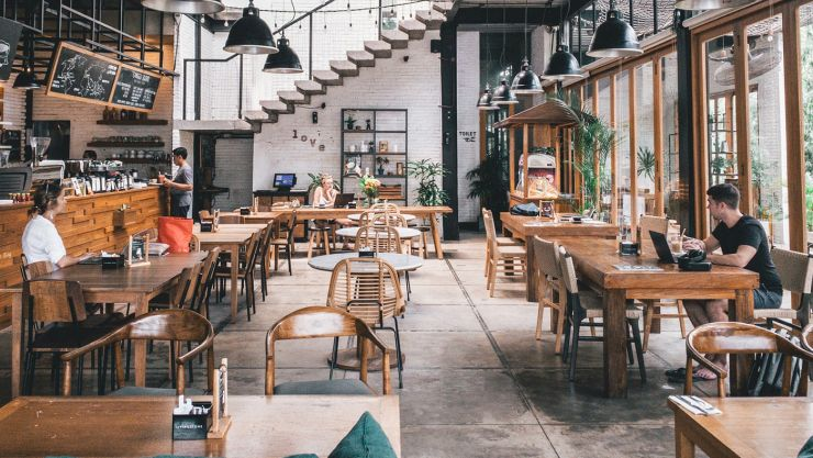 Imagem de estabelecimento aberto, com mesas; restaurantes estão se adequando aos novos protocolos de segurança