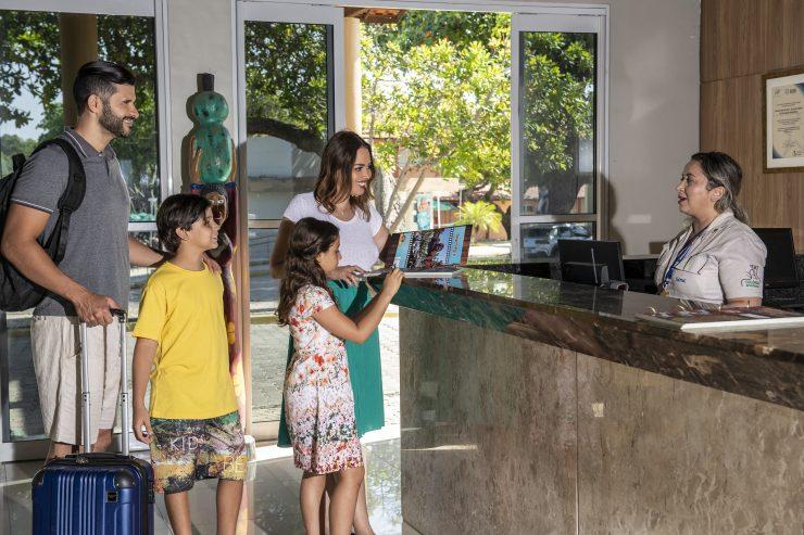 Família em recepção de hotel; perspectivas do setor do turismo são tema de evento online