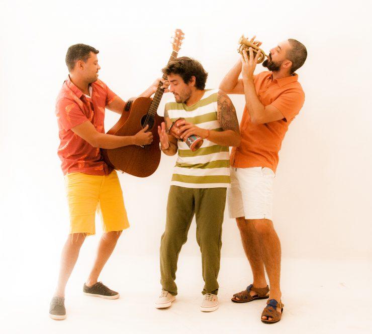 Integrantes da banda Casa Maré segurando instrumentos de música; grupo é um dos participantes da Mostra de Bandas