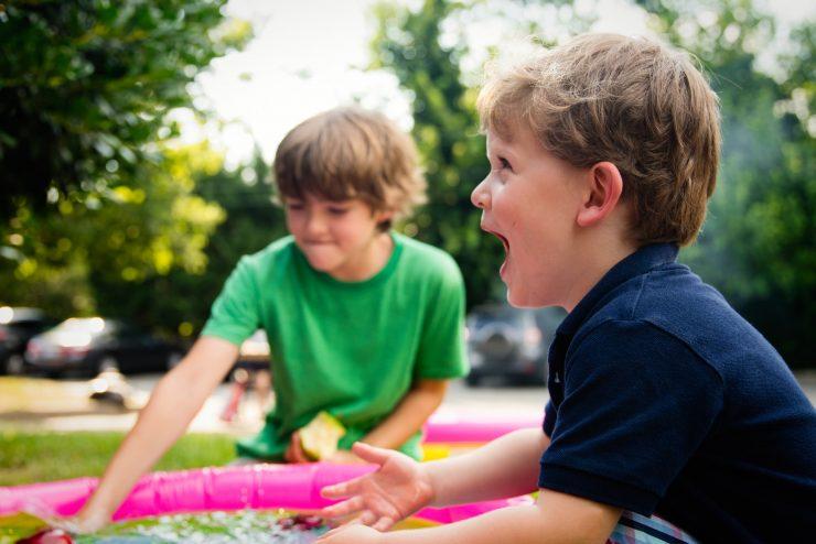 Duas crianças em um parque; série de atividades é ofertada na Semana da Criança