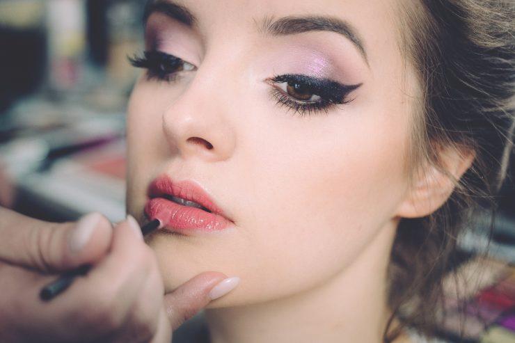 Mulher sendo maquiagem; cursos diversos estão com descontos de Black Friday