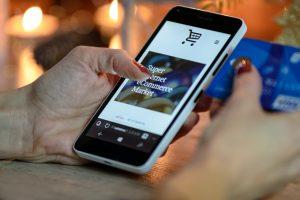 Proteção de dados: na imagem, mãos femininas acessam um aplicativo de compras em um telefone celular