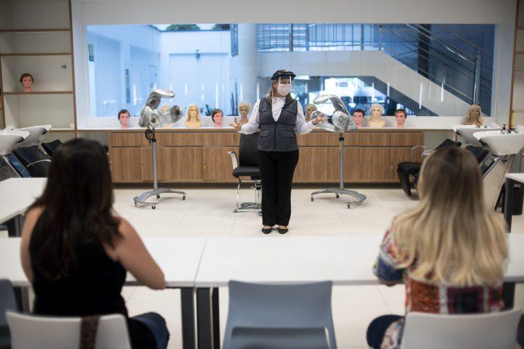 Mulher em aula de curso de beleza; curso são voltados para quem busca emprego no mercado de trabalho