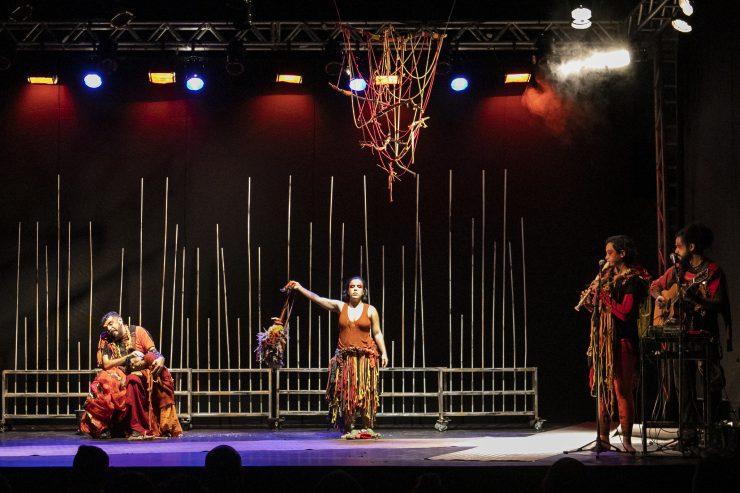 Homem e mulher com roupas rústicas em cima de palco; Sesc divulga edital para formações artísticas