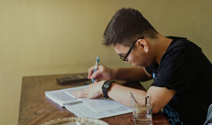 Homem sentado estudando, em referência as inscrições abertas para EJA