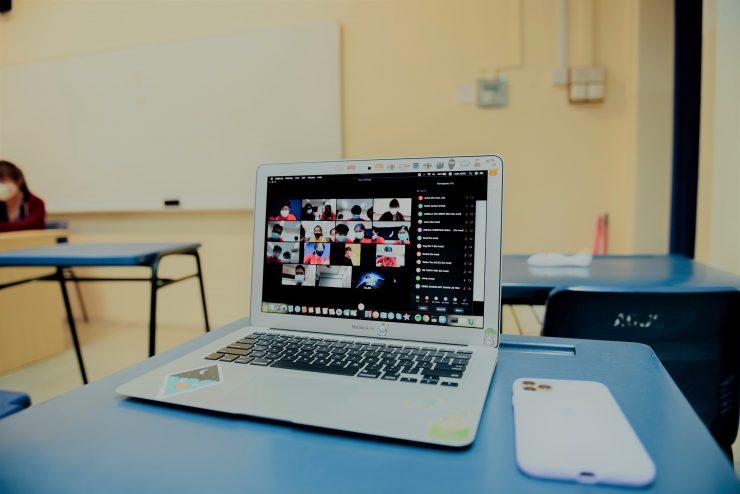 Sala de aula com notebook aberto; congresso debate desafios de professores e educadores