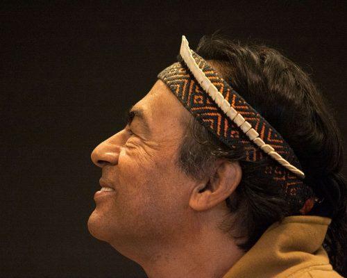 Arte da Palavra: na imagem, o líder indígena Ailton Krenak sorri, de perfil.