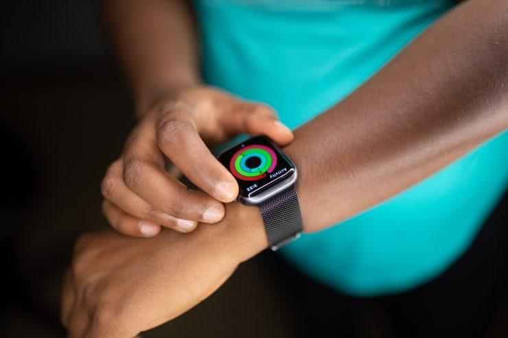 Homem com relógio que capta dados de saúde