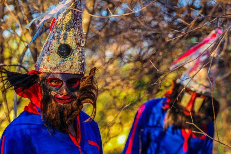 Chapada do Araripe: na imagem, duas pessoas vestem máscaras e vestimentas da cultura local