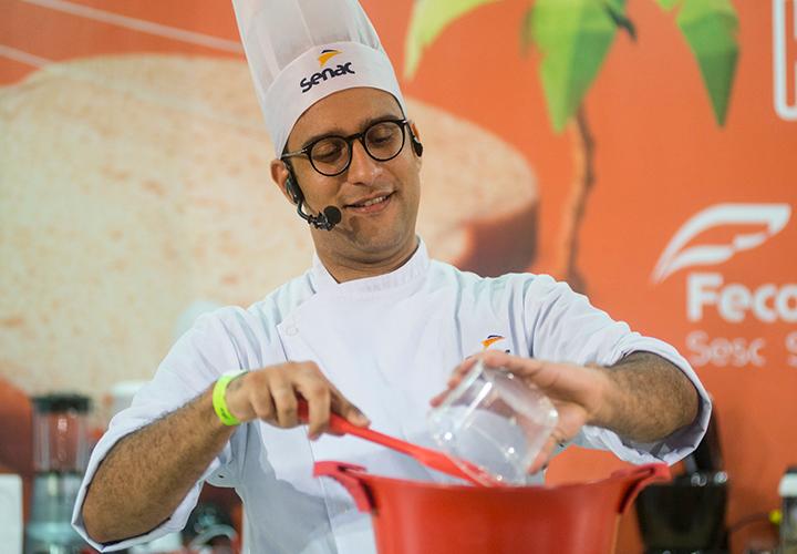 Homem colocando ingrediente em panela; Senac abre cursos de gastronomia