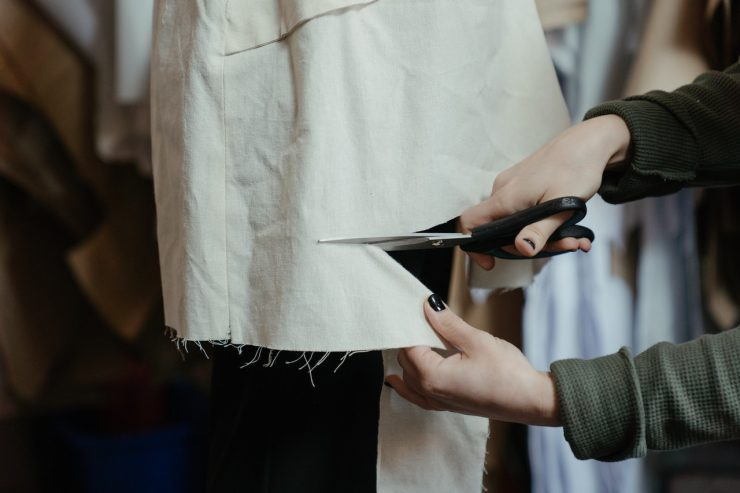 Moda sustentável: pessoa cortando pedaço de tecido