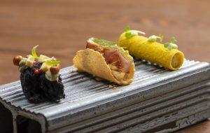 Restaurante Mayú: na imagem, há três rolinhos que representam insumos do mar, do sertão e da serra cearense.