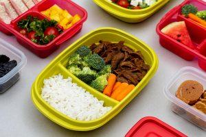 Gastronomia: marmita colorida com arroz, brócolis, cenoura e carne