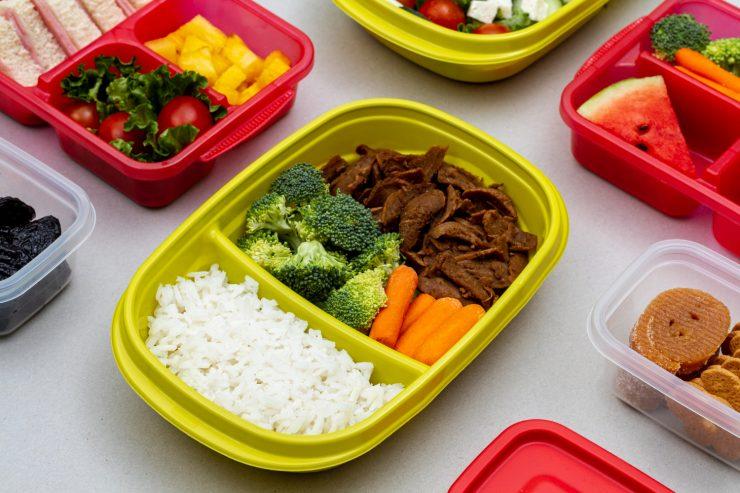 comida: marmita colorida com arroz, brócolis, cenoura e carne