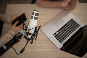 saúde mental: imagem vista de cima mostrando notebook e microfone apropriado para gravação de podcast