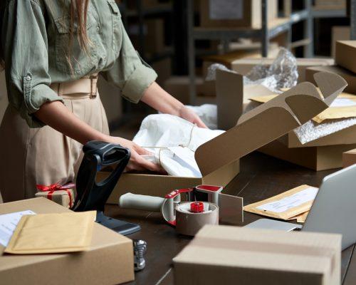 redes sociais: mulher embalando produtos em caixas de papelão para enviar pelos correios