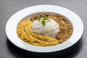 São João: pratinho tradicional com arroz, paçoca e vatapá