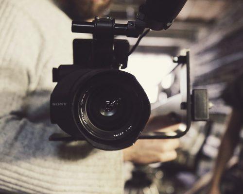 cinema: na imagem, pessoa segurando câmera profissional no braço