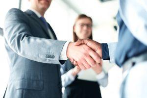 sindicatos: pessoas em ambiente corporativo apertando as mãos