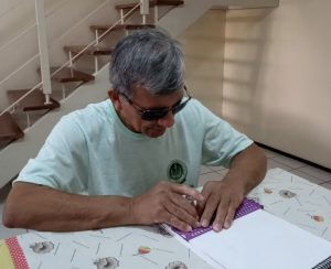 Instituto Helio Goes: homem sentado lendo