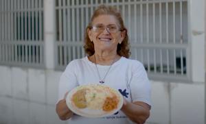 Mesa Brasil: Mulher segurando prato de comida