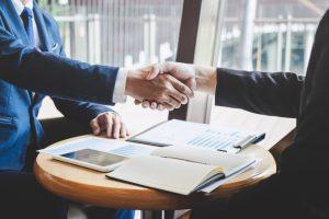 empreendedor: duas pessoas apertando as mãos, fechando negócio