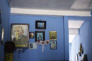 Cine Sesc: foto mostra uma parede azul com diversas imagens de santos