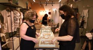 Elo Collab: mulheres em loja de roupas