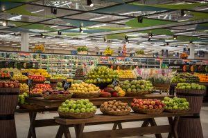GBarbosa: foto aberta do supermercado, com diversos stands com frutas e legumes.