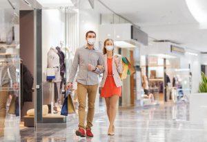 consumidor: homem e mulher fazendo compras em shopping