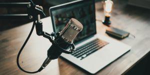 transformação digital: na imagem, microfone usado em podcast e notebook