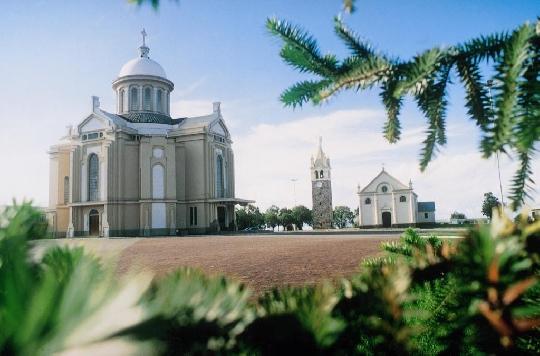 Santuários antigo e moderno de Caravaggio, Farroupilha, RS
