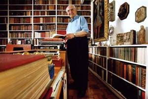 José Mindlin em sua biblioteca. Fonte: http://www.dbd.puc-rio.br/wordpress/?paged=3