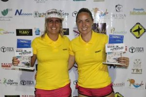 Thassiane e Bianca exibem o troféu de Campeãs no Circuito Baiano de Futevôlei. (Foto: Divulgação)